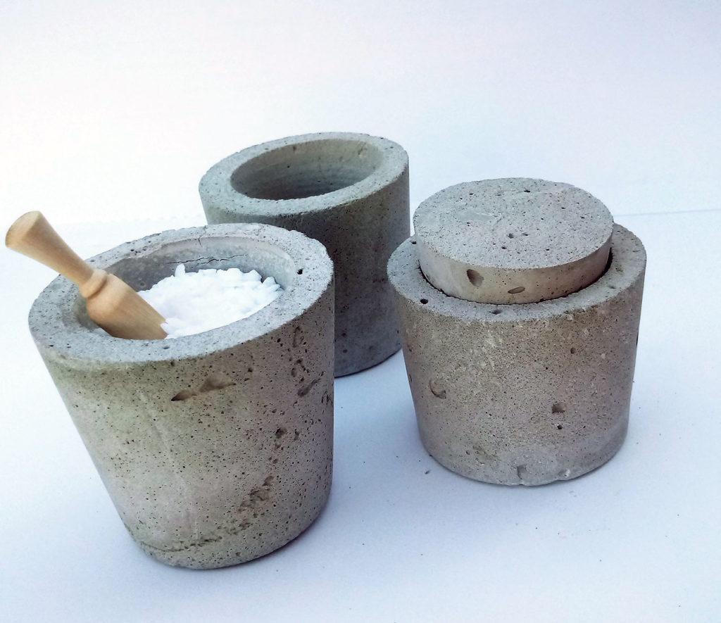 kedves hangulatú beton pohárka 6x6cm-es,fűszert lehet tenni bele pici fa kanállal, tetőt is készítünk hozzá