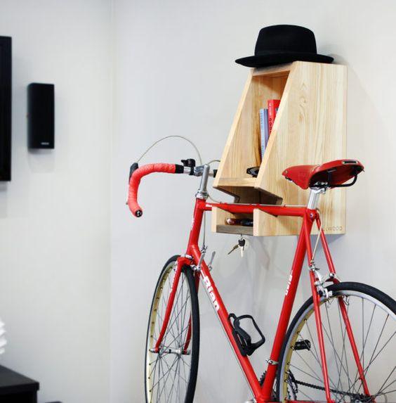 Világos fa színű polc kalap-,és kulcstartóval és bicikliakasztóval