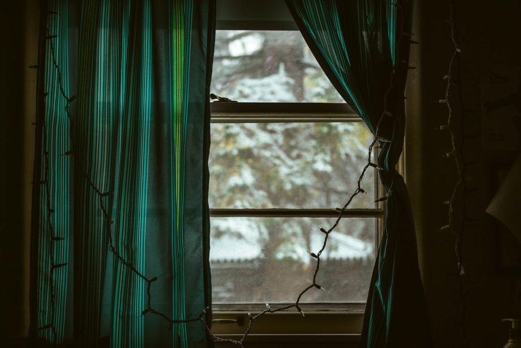 sötétítő függöny félig elhúzva