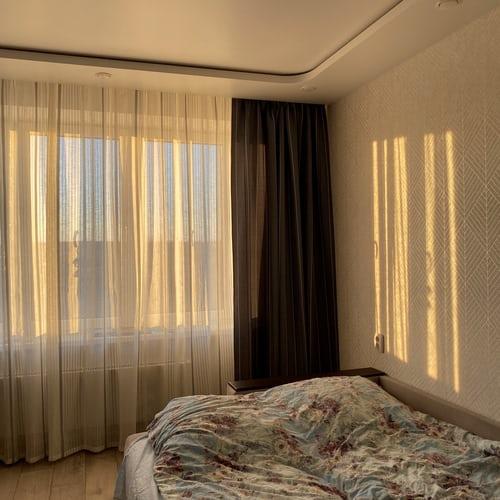 Hálószoba részlet besüt a nap,nem vakít mert a fényáteresztő függöny finoman megszűri a fényt
