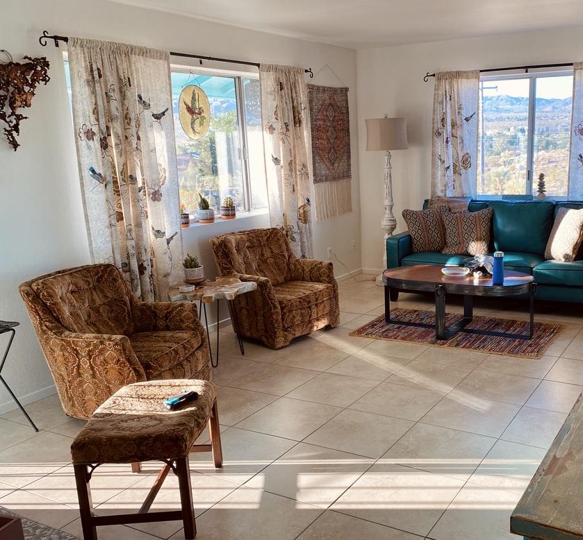 Világos derűs nappali mintás függönyökkel, amik szépen gazdagítják az összképet