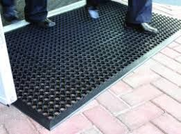 Szennyfogó szőnyeg nagyobb szennyezőséd fölfogására. Lyukacsos fölfogja a szennyeződést