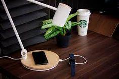 Csendélet asztali ledlámpával fa asztalon növénnyel innivalóval