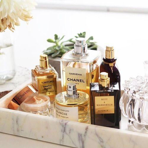 gyönyörű díszes parfümös üvegek egy márvány tálcán