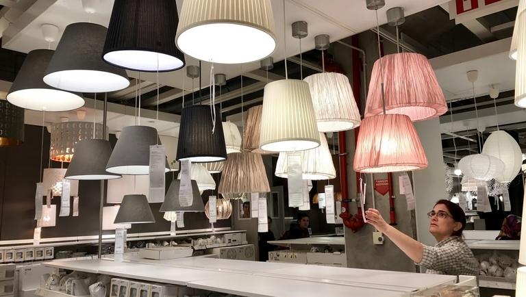 Sok sok mennyezeti lámpa egy üzletben. Nagyon hasonlóak és jellegtelenek