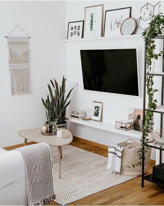 Világos nappali kevés tárggyal, a TV a falra rögzítve