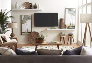 Barátságos nappali a falon egy TV vel, ülőgarnitúrával