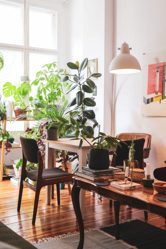 Egy szép ízléses szoba, amin látszik, hogy használják. Könyvek, tárgyak az asztalon.
