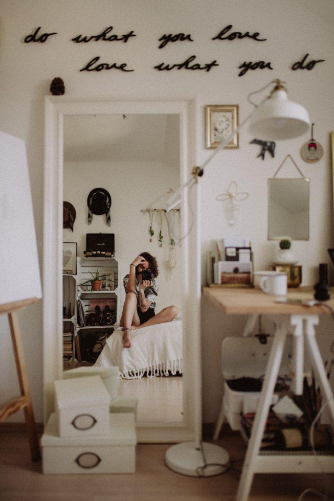 Egy bohém, rendetlen szoba, barátságosan, hangulatosan.